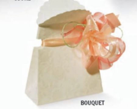 Cutie din carton alb cu trandafiri embosati - poza 1