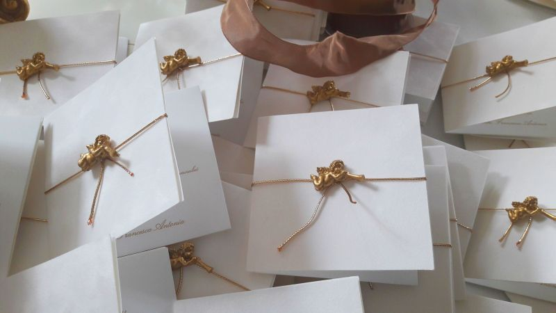 Invitatie catifea alba cu ingeras auriu - poza 3