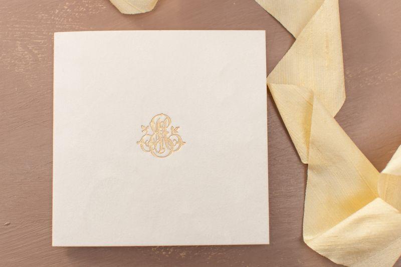Invitatie nunta catifea alba cu monograma aurie