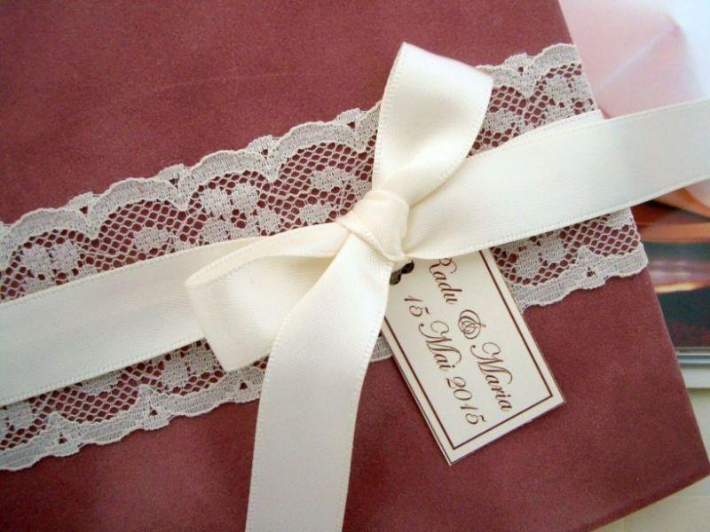 Invitatie de nunta din catifea si dantela ivoire, model romantic - poza 2