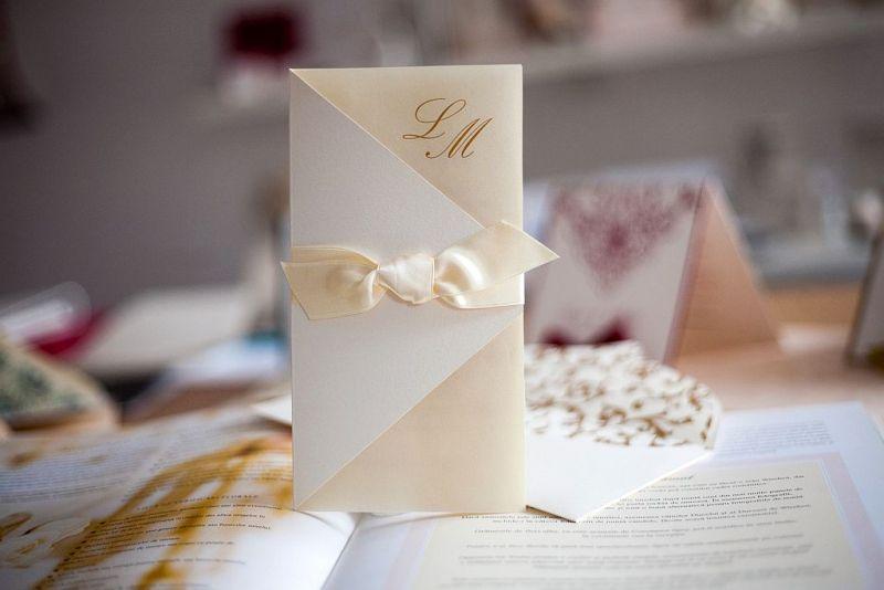 Invitatie nunta crem cu funda satin - poza 1