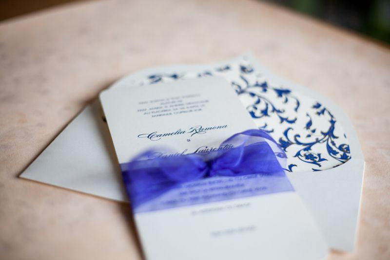 Invitatie nunta cu funda din organza albastru electric - poza 3