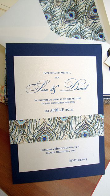 Invitatie nunta cu pene de paun stilizate, auriu si albastru - poza 6