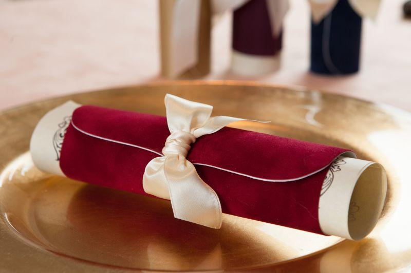 Invitatie nunta model scroll catifea rosie