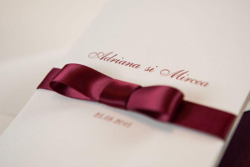 Invitatii nunta cu funda visinie - poza 2