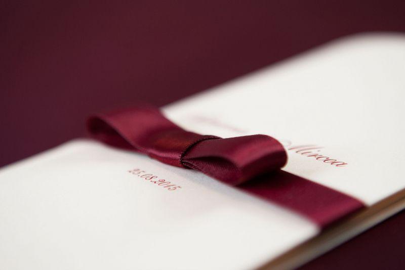 Invitatii nunta cu funda visinie - poza 3