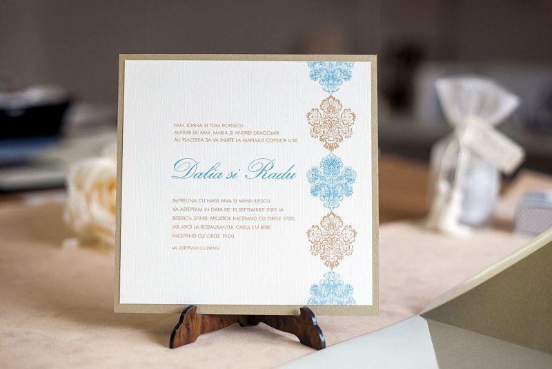 Invitatii nunta damasc auriu si albastru pastel