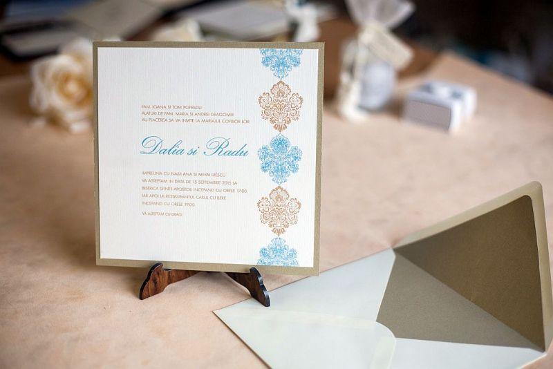 Invitatii nunta damasc auriu si albastru pastel - poza 2