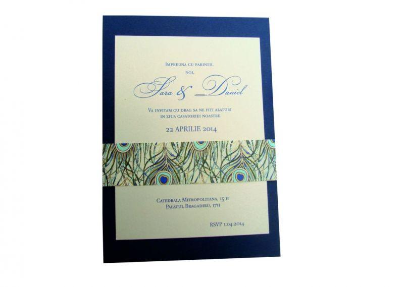 invitatie nunta cu pene de paun stilizate, auriu si albastru