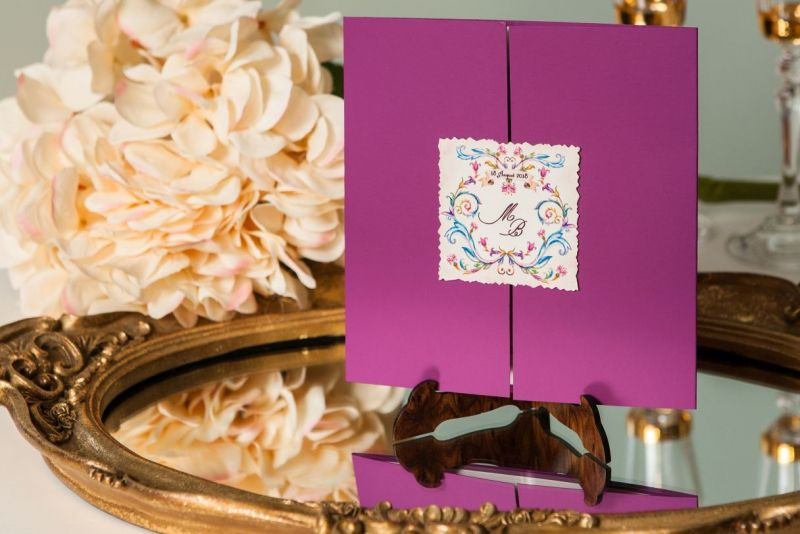 Invitatie nunta mov cu eticheta personalizata - poza 2
