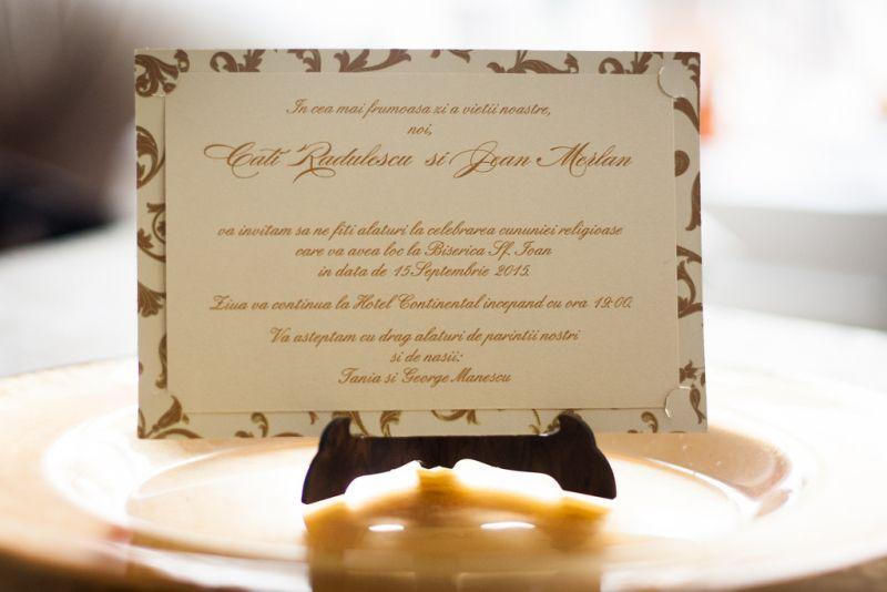 invitatie nunta  model carte postala cu auriu si crem