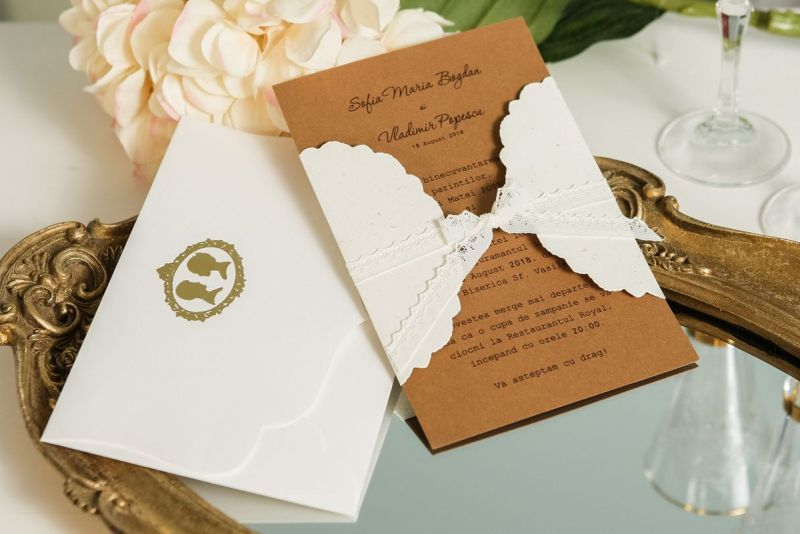 Invitatie nunta vintage cu plic camee auriu - poza 1