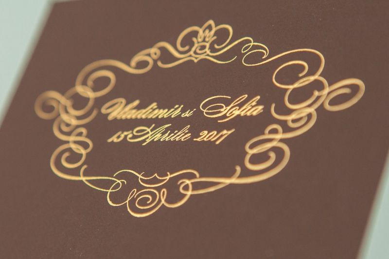 Invitatii nunt eleganta maro cu design auriu - poza 5