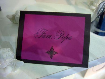 Place card din carton catifelat maro cu roz fuchsia