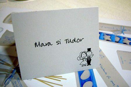 Carduri cu nume invitati haios, mire cu joben si mireasa indragostita - poza 1