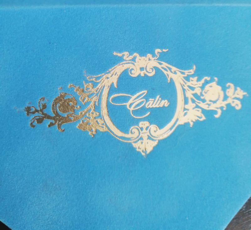 Invitatie botez in plic de catifea bleu cu monograma - poza 3