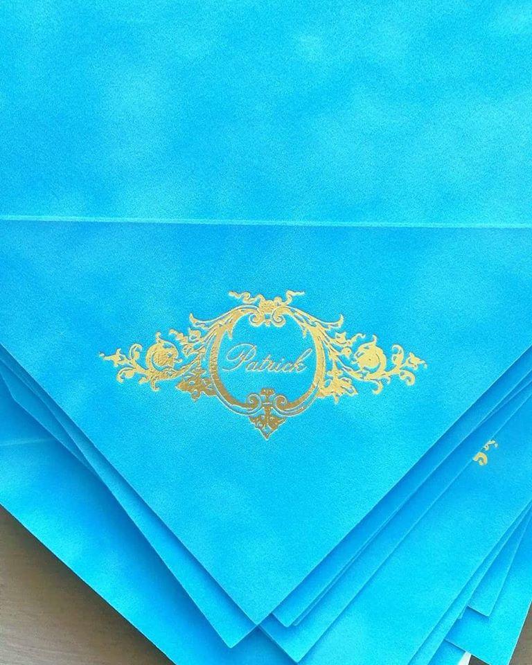 Invitatie botez in plic de catifea bleu cu monograma - poza 2