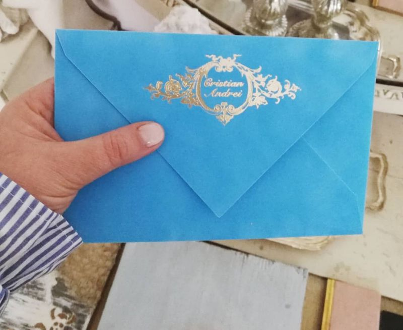 Invitatie botez in plic de catifea bleu cu monograma - poza 1