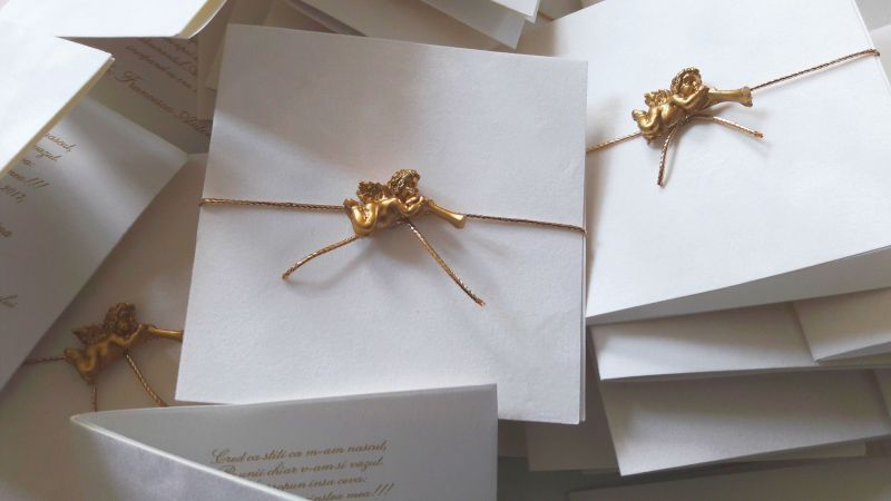 Invitatie catifea alba cu ingeras auriu - poza 2