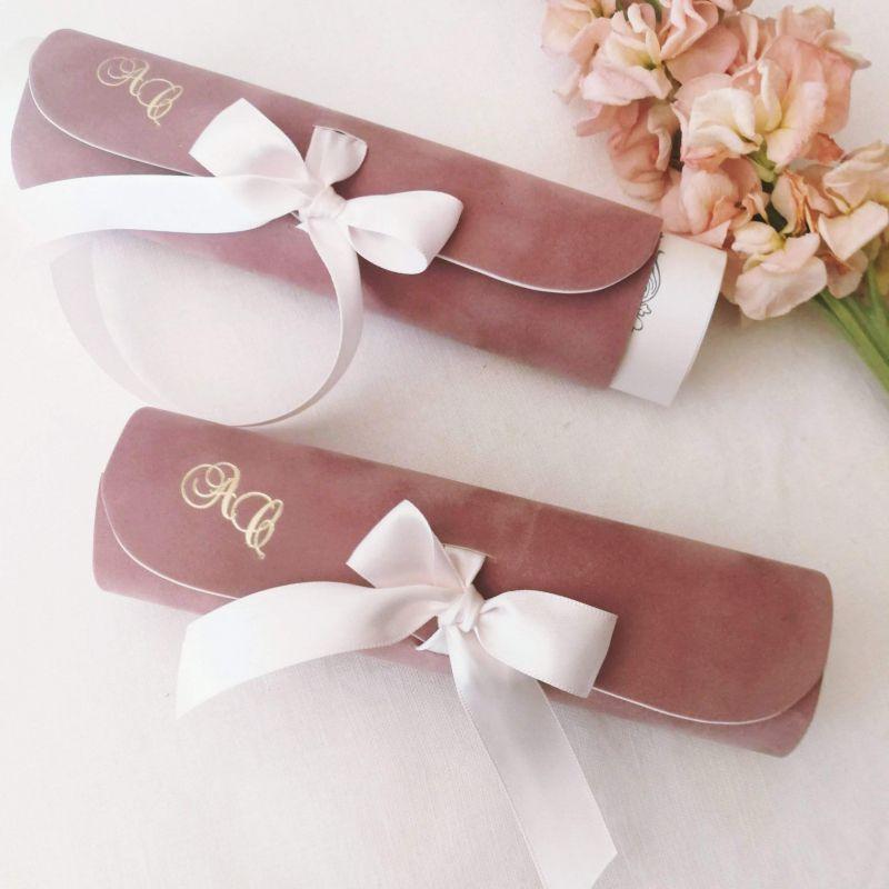 Invitatie din catifea roz pudrat cu initiale aurii - poza 2