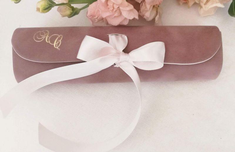Invitatie din catifea roz pudrat cu initiale aurii