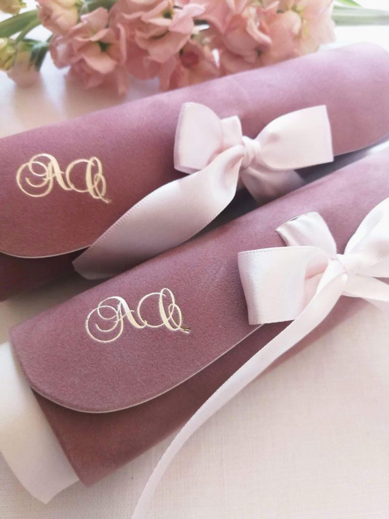 Invitatie din catifea roz pudrat cu initiale aurii - poza 5