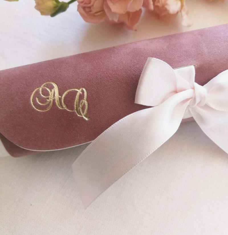 Invitatie din catifea roz pudrat cu initiale aurii - poza 3