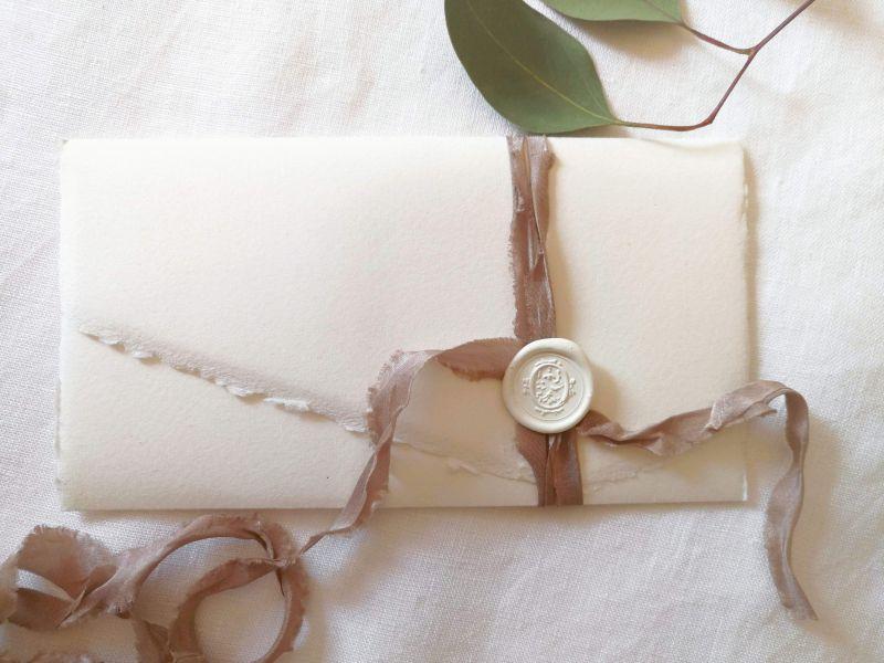 Invitatie hartie manuala cu sigiliu alb