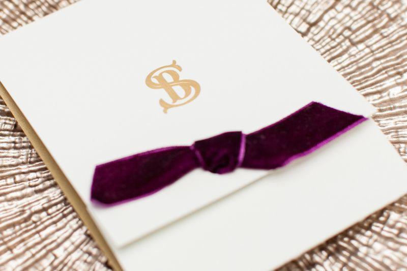 Invitatie nunta cu funda catifea mov
