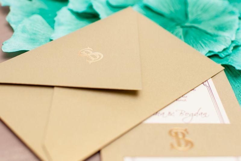 Invitatie nunta eleganta aurie cu monograma aurie - poza 3