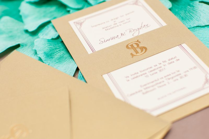 Invitatie nunta eleganta aurie cu monograma aurie - poza 4