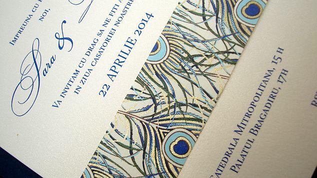 Invitatie nunta cu pene de paun stilizate, auriu si albastru - poza 5