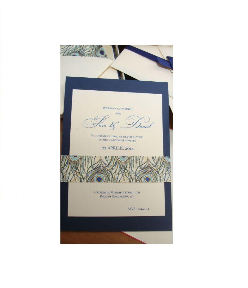 Invitatie nunta cu pene de paun stilizate, auriu si albastru - poza 3