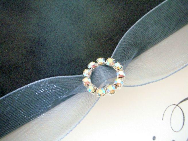 Invitatie de nunta din catifea gri cu fundita organza, catarama rotunda din cristale - poza 2