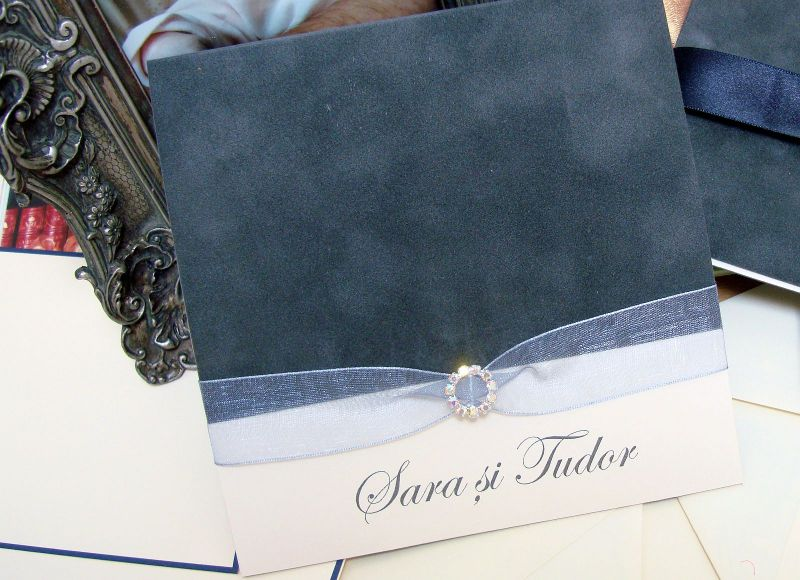 Invitatie de nunta din catifea gri cu fundita organza, catarama rotunda din cristale - poza 4