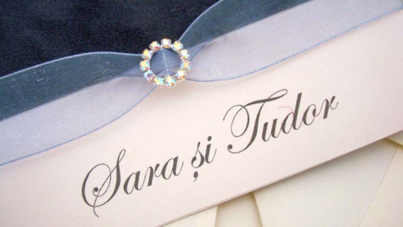 Invitatie de nunta din catifea gri cu fundita organza, catarama rotunda din cristale - poza 3