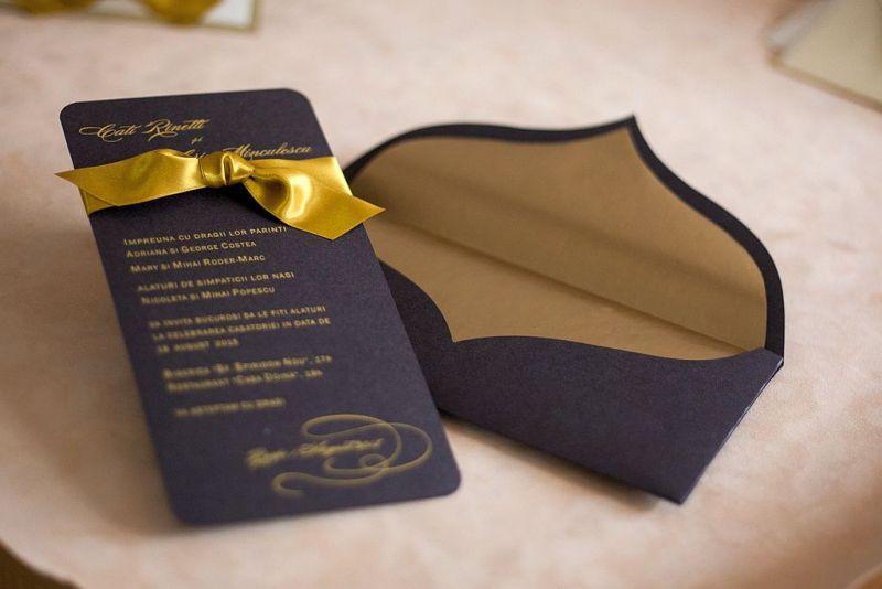 Invitatie nunta maro cu auriu