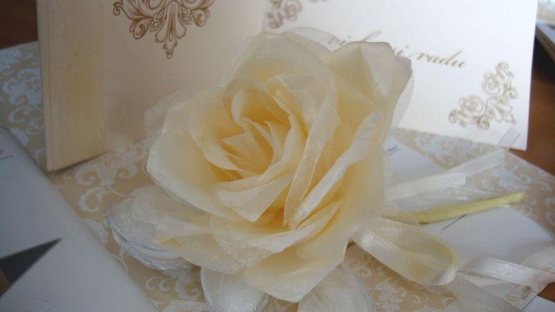 marturie nunta trandafir matase crem cu migdale glazurate