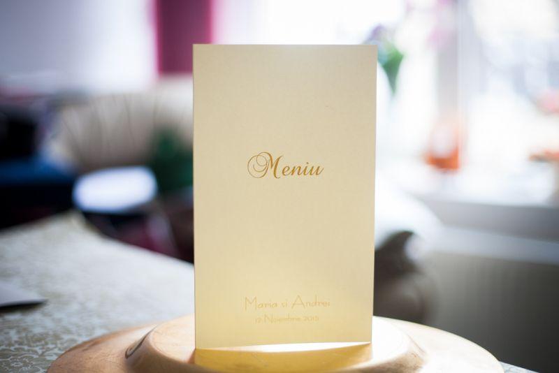 Meniu nunta realizat din carton alb sidefat cu scris auriu