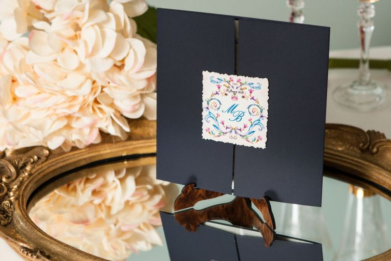 invitatie nunta albastra cu eticheta personalizata