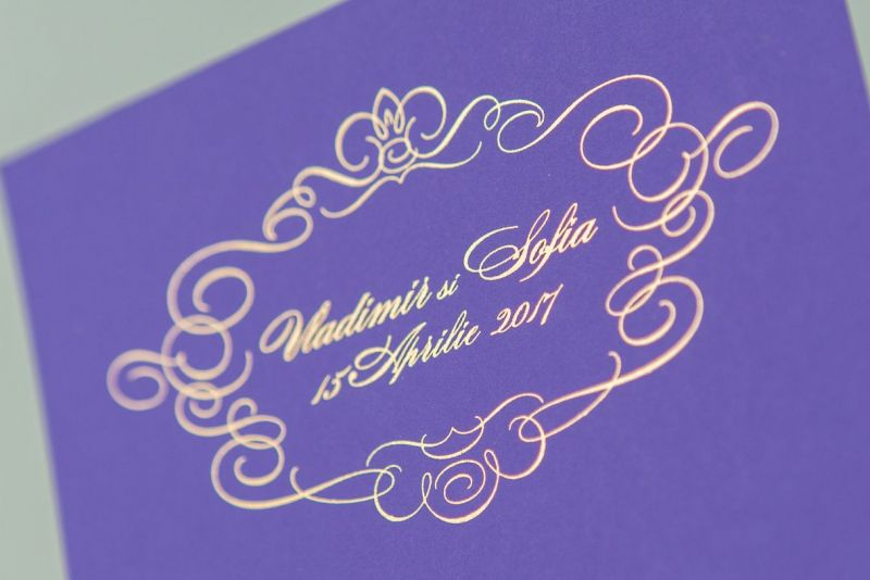 Invitatie nunta carton mov cu auriu - poza 1