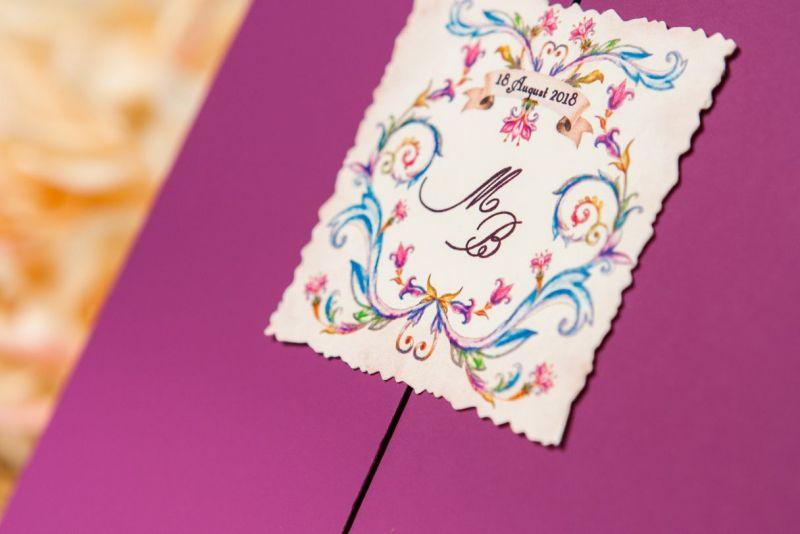 invitatie nunta mov cu eticheta personalizata