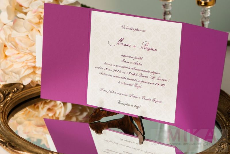 Invitatie nunta mov cu eticheta personalizata - poza 3