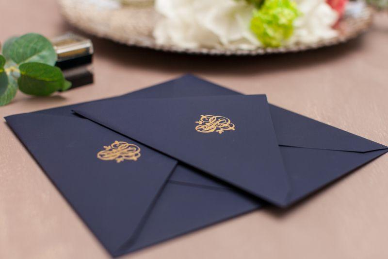 Invitatie nunta eleganta cu monograma aurie - poza 2