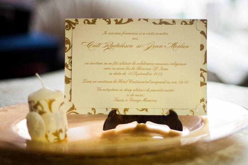 Invitatie nunta  model carte postala cu auriu si crem - poza 3
