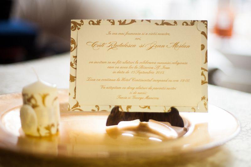 Invitatie nunta  model carte postala cu auriu si crem - poza 2