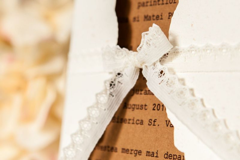 Invitatie nunta vintage cu plic camee auriu - poza 3