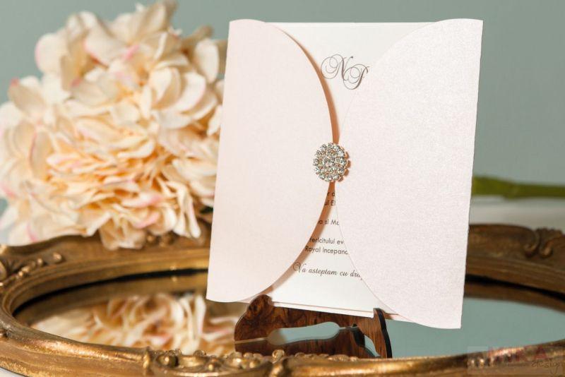 Invitatie nunta-roz crem cu brosa - poza 1
