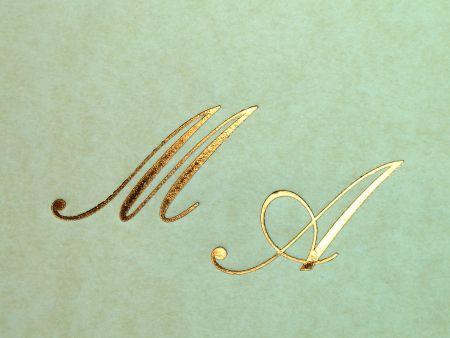 personalizare invitatii nunta sau plicuri cu initialele mirilor infolio auriu