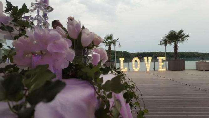 Litere luminoase LOVE